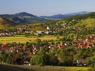 """Zwischen Rhein und Schwarzwaldbergen liegt das Markgräflerland. Es beginnt im Süden bei Freiburg und reicht bis Weil am Rhein. Weinberge, Ackerfelder, Obstbaumwiesen, dazwischen heimelige Winzerstädtchen. Das Bild im Vordergrund den Ortsteil Grunern, rund um den Burgberg liegt das Städtchen Staufen. - """"Foto frei zur Veröffentlichung nur in Verbindung mit einer redaktionellen Berichterstattung über die Ferienregion Schwarzwald""""."""